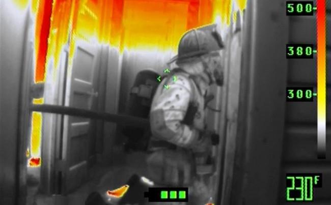 Capacete de bombeiro equipado com visão térmica
