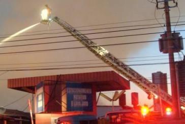 Incêndio destrói galpíµes e fecha ruas em Taguatinga, no DF