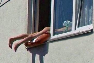 Una mujer desnuda provoca un accidente de tráfico mientras tomaba el sol en la ventana