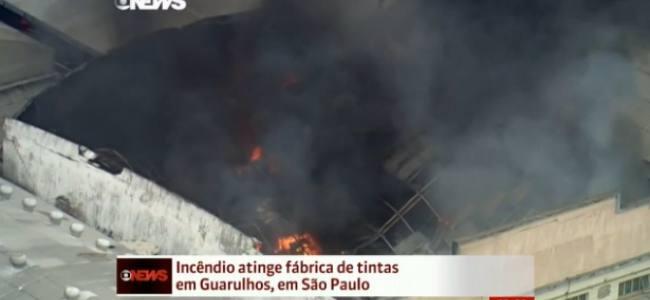 Bombeiros combatem incêndio em fábrica de tintas na grande São Paulo