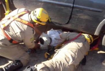 Ciclista é resgatado por bombeiros embaixo de carro após colisão