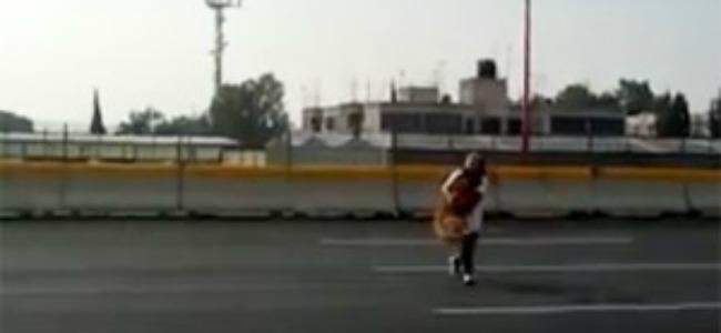 México: Una mujer arriesga la vida para salvar a un perro