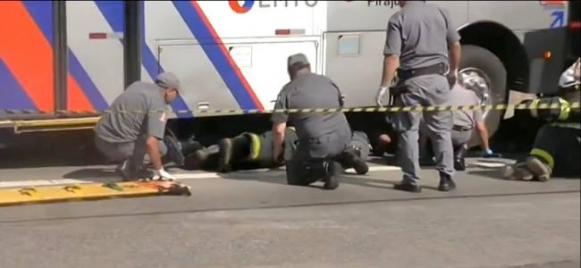 Bombeiros resgatam motociclista embaixo de ônibus