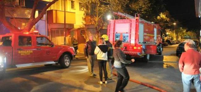 Bombeiros controlam incêndio em apartamento no centro de Porto Alegre