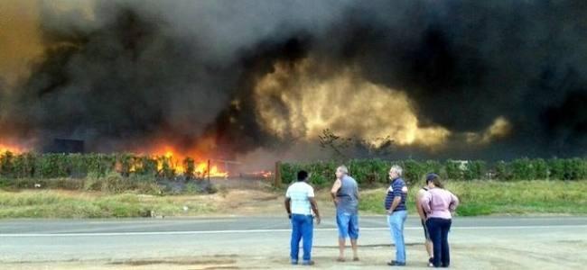Fogo destrói galpão de ferro velho em Cosmópolis SP
