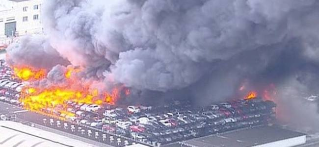Incêndio de grandes proporçíµes atinge depósito de carros no RJ