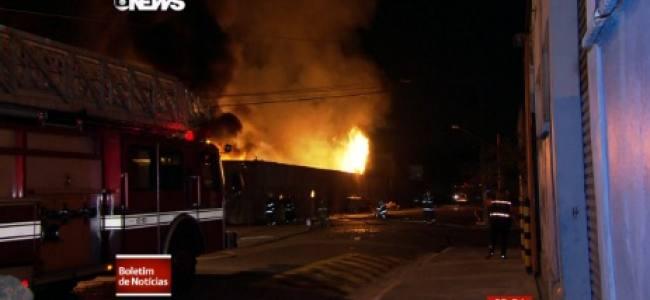Incêndio atinge fábrica na Zona Sul de São Paulo