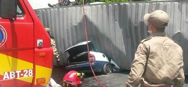 Contêiner cai sobre veículo e mata duas pessoas em Manaus