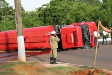 Caminhão tanque dos bombeiros tomba em Campo Grande MS