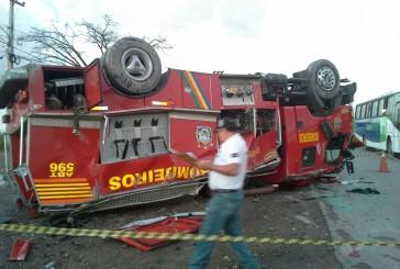 Viatura dos bombeiros capota em Pernambuco