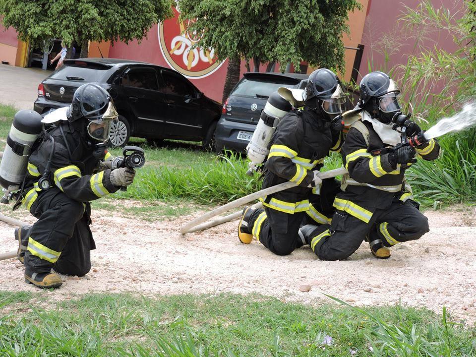 """Bombeiros realizam treinamento de """"Bomba Armar"""" no interior de SP"""