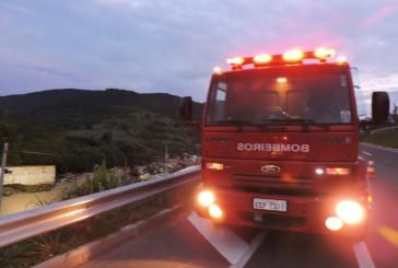Carreta cai em barranco e bombeiros socorrem motorista