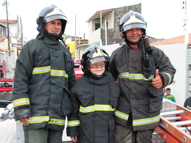 Menino pede caminhão de bombeiro de natal e recebe visita da corporação