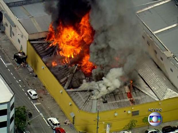 Grande incêndio atinge depósito no centro de São Paulo