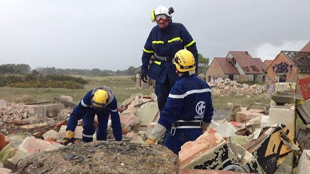 Pirou : des secouristes s'exercent à retrouver les victimes d'un tremblement de terre