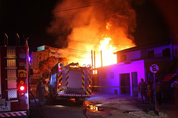 Incêndio de grandes proporções atinge borracharia em Curitiba