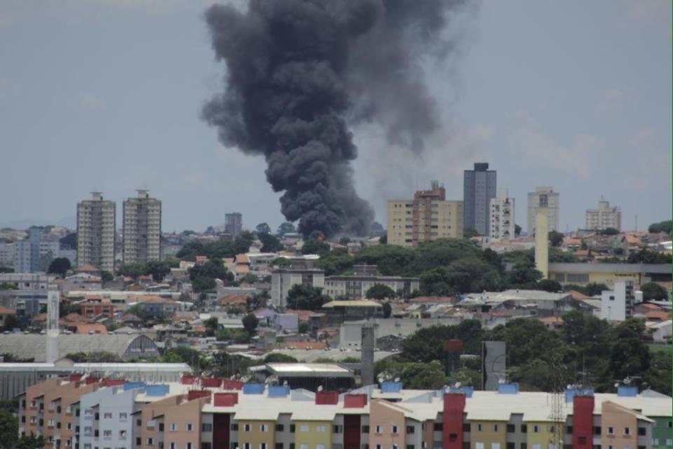 Incêndio de grandes proporções atinge fábrica na zona leste de São Paulo