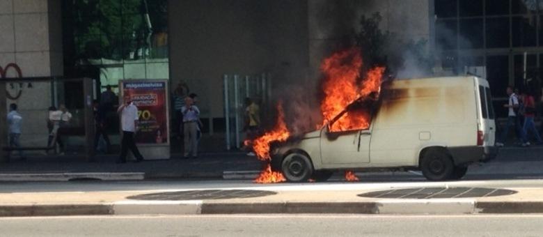 Veículo pega fogo na Avenida Paulista
