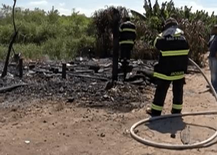 Incêndio destrói casa em Mogi das Cruzes, SP