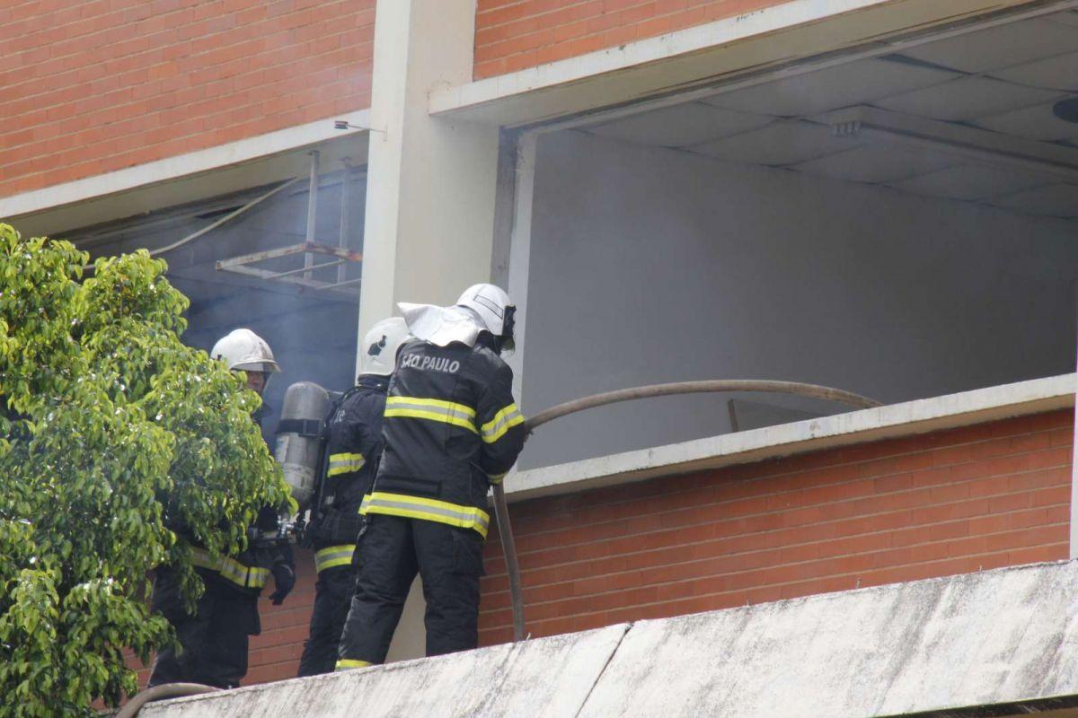 Incêndio de grandes proporções atinge prédio em Bauru, SP