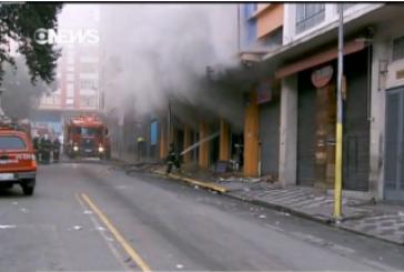 Bombeiros abandonam local de incêndio por risco de desabamento
