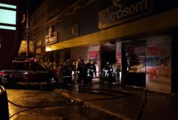 Bombeiros combatem incêndio em loja de eletrônicos em Goiânia