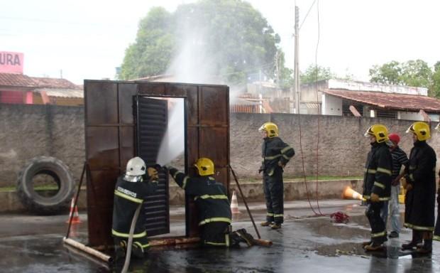 Bombeiros realizam treinamento de combate a incêndio em Goiás