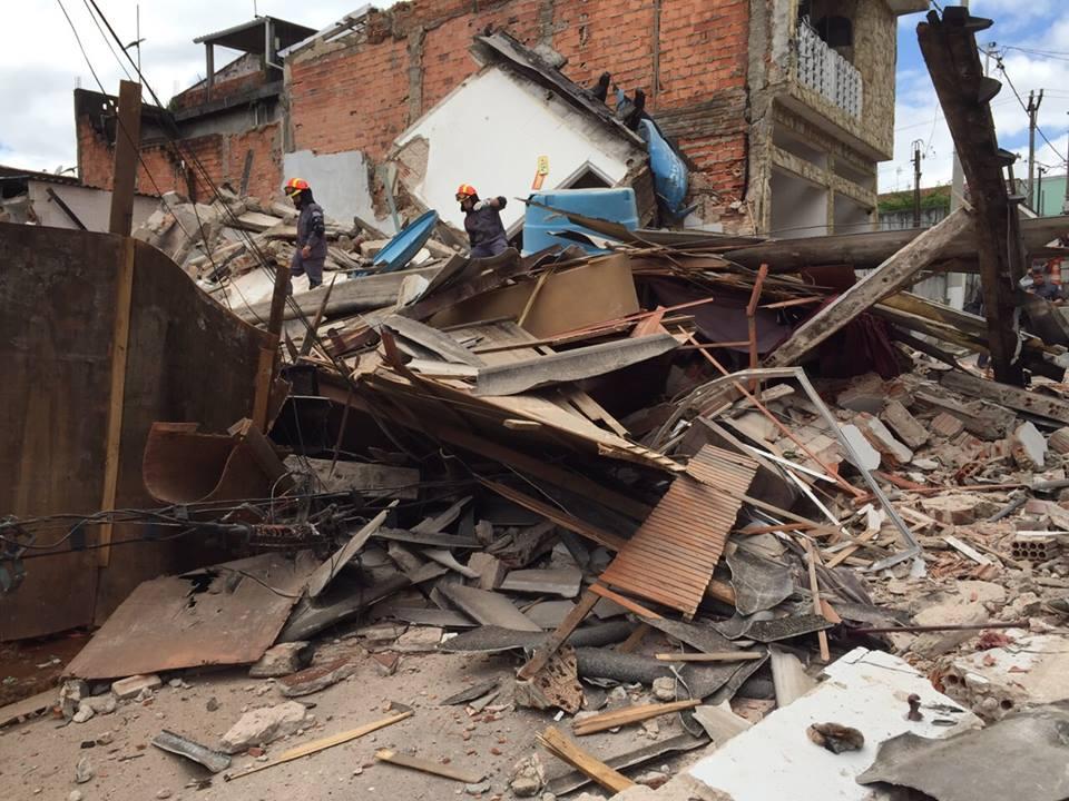 Casa desaba em Diadema, SP