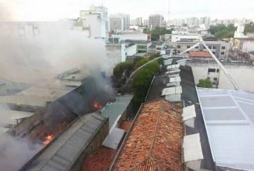 Bombeiros combatem grande incêndio em Aracaju, SE