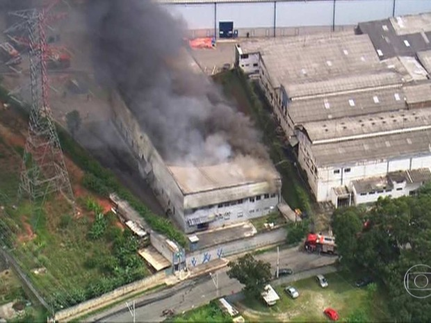 Incêndio de grandes proporções atinge empresa em Osasco