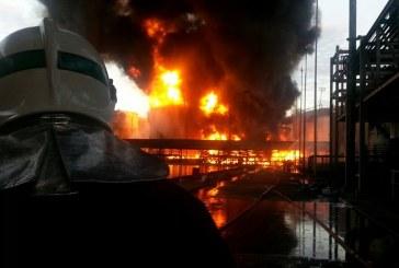 Bombeiros continuam o trabalho de combate ao incêndio em Santos