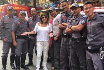 Roberta Miranda se rende e pede para tirar fotos com bombeiros da Casa Verde