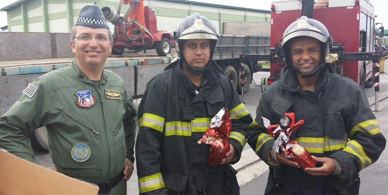 Comandante da PM vai até Santos para entregar ovos de páscoa à bombeiros