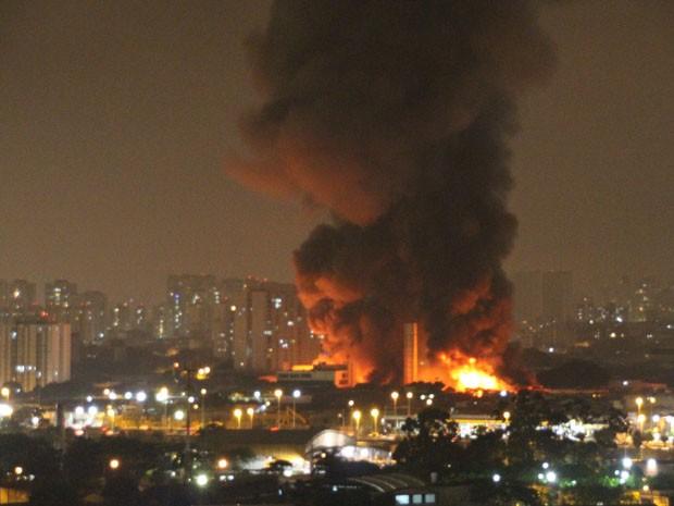 Incêndio destrói galpão de  medicamentos na Zona Leste de São Paulo