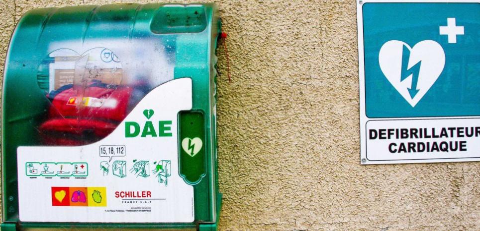 Les défibrillateurs sauvent-ils (vraiment) des vies?