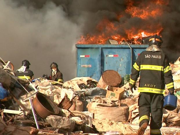 Incêndio atinge depósito de materiais recicláveis em Ribeirão Preto