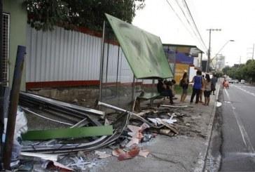 Ambulância capota, acerta parada de ônibus e deixa três feridos, na Avenida Mário Ypiranga