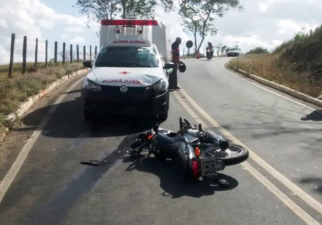Motociclista fica gravemente ferido após colidir contra ambulância