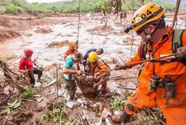 Barragens se rompem e enxurrada de lama destrói distrito de Mariana