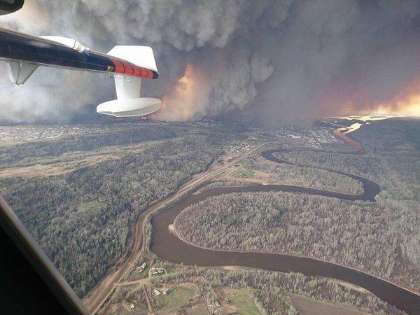 Incendie de Fort McMurray: evacuées 88.000 personnes. Declaré l'état d'urgence
