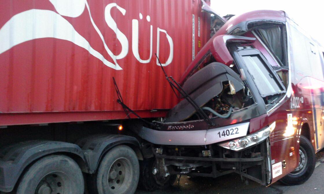 Grave acidente entre caminhão e ônibus deixa um morto em São Paulo
