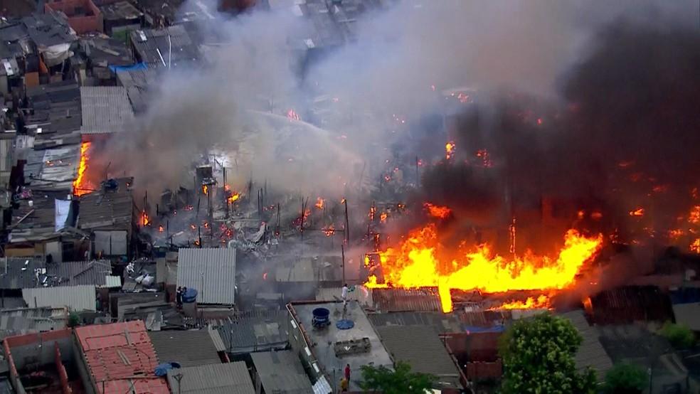 URGENTE: Incêndio consome favela na zona leste de São Paulo