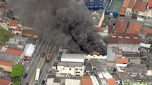 Bombeiros combatem incêndio em loja de móveis na Zona Norte de SP