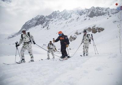 Militaires et pisteur trainant une victime d'avalanche lors d'un exercice d'ampleur