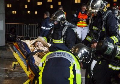 Pompiers de Paris prenant en charge une victime dans le cadre d'un entrainement NoVi