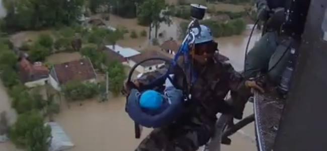 Bosnia, il coraggioso salvataggio in elicottero di un neonato