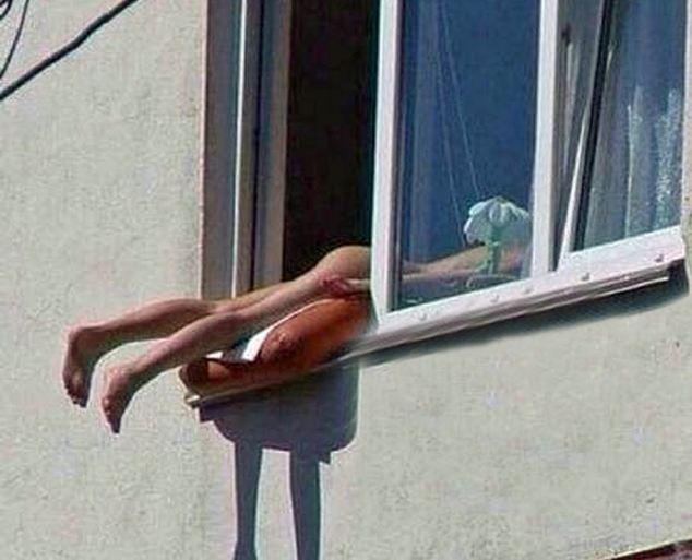 Prende il sole nuda alla finestra e causa un tamponamento a catena