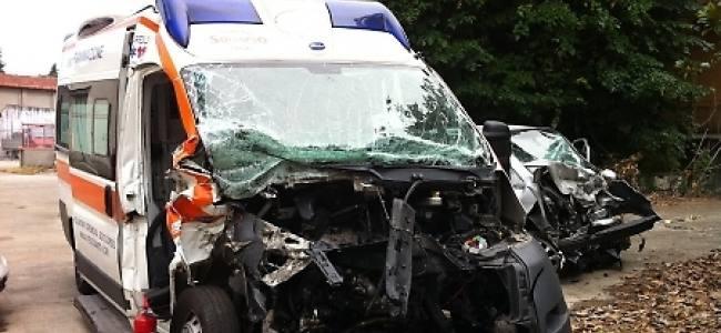 Cremona, frontale contro l'ambulanza, gravi tre persone