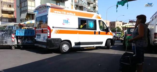 L'ambulanza a sirene spiegate bloccata dai venditori abusivi