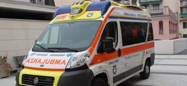 Finale Ligure, ubriaco picchia i soccorritori e distrugge l'ambulanza